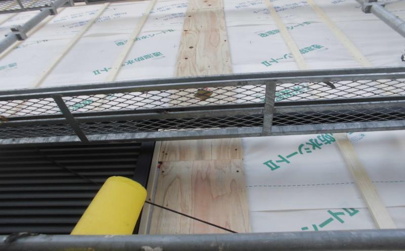 金属系サイディング貼りの前に透湿防水シートを貼り変えます。