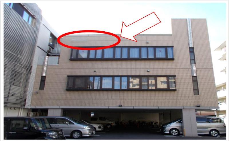 アルミ製の笠木~タイル面劣化(出窓上部の雨漏れ)