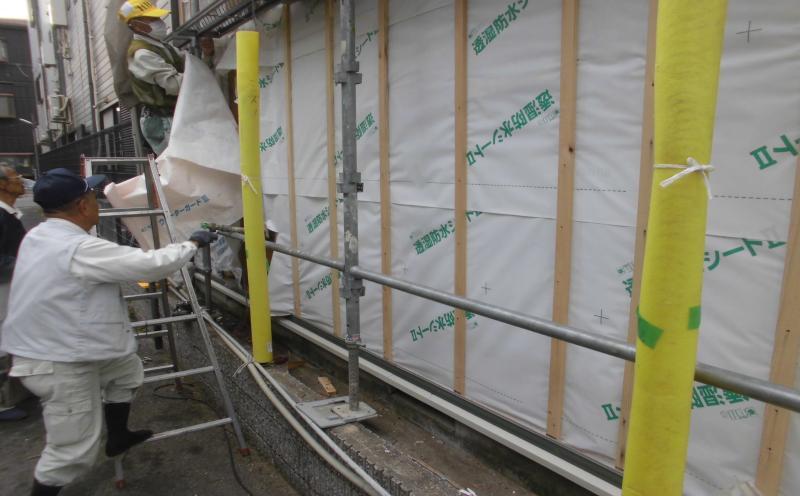 金属系サイディング貼りの前に透湿防水シートを貼り変えの様子