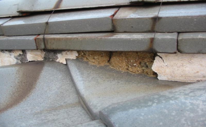 高年式の屋根・漆喰が溶けている瓦屋根