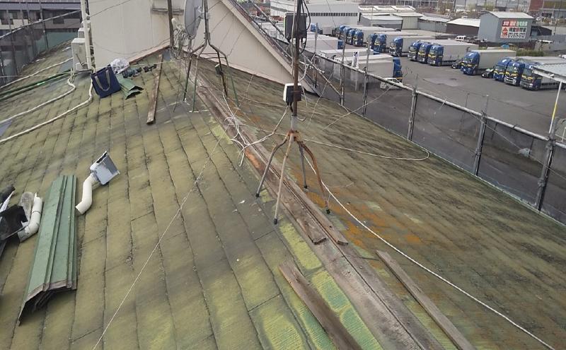 笠木板金が破損していて雨漏れしているカラーベストの屋根